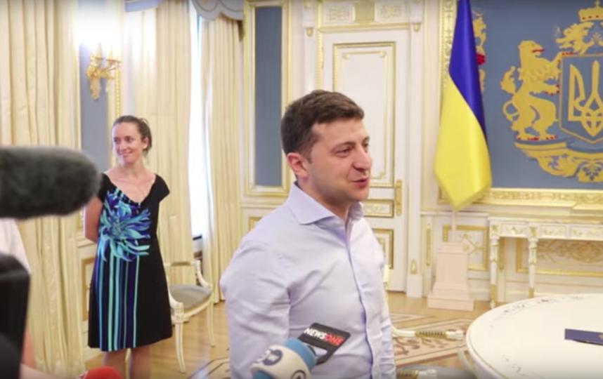 Президент Украины Владимир Зеленский проводит экскурсию по своему кабинету. Фото Скриншот/Українська правда, Скриншот Youtube