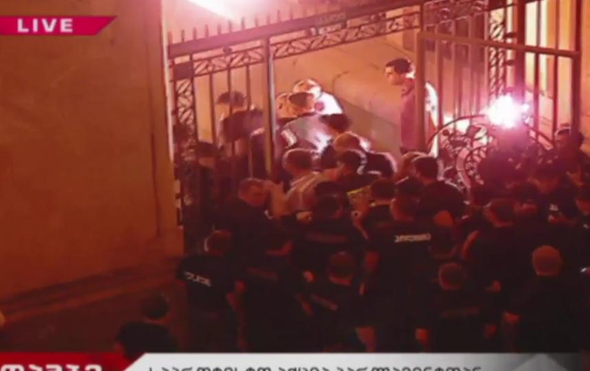 В Сети появилось видео стихийного митинга у парламента Грузии. Фото скриншот видео https://www.rbc.ru