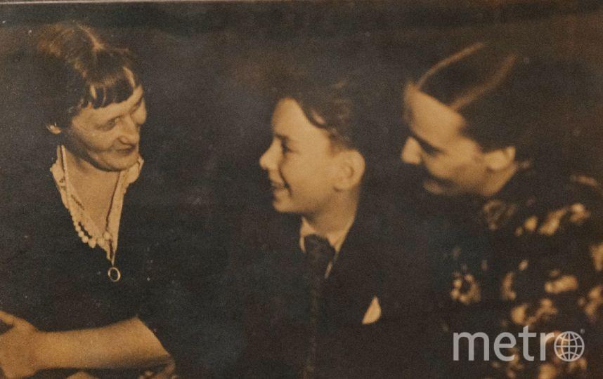 """Анна Ахматова (слева) беседует с Алёшей Баталовым. Фото  из собрания музея, """"Metro"""""""