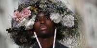 Показ Louis Vuitton в Париже: Мужчины вышли на подиум в юбках и венках из цветов