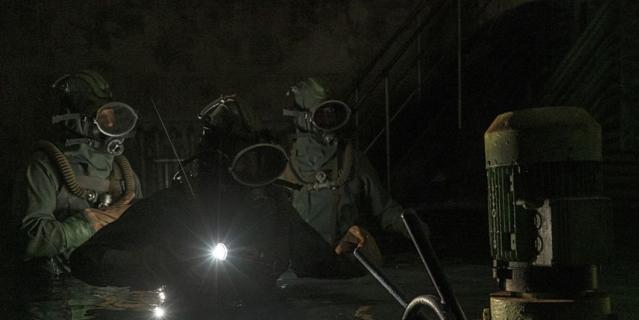 """Кадр из сериала """"Чернобыль"""" – дайверы спустились под реактор. В реальности их экипировка выглядела по-другому."""