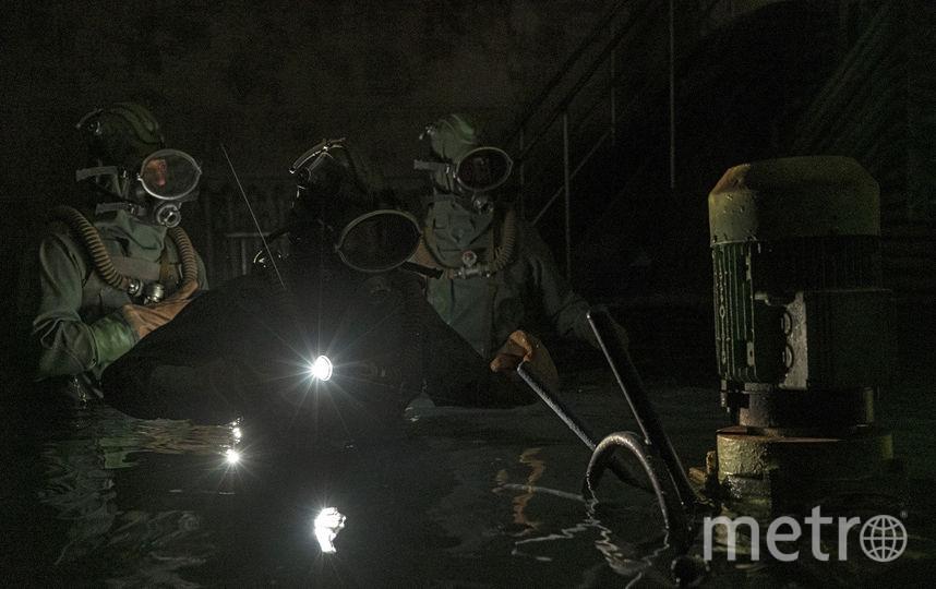 """Кадр из сериала """"Чернобыль"""" – дайверы спустились под реактор. В реальности их экипировка выглядела по-другому. Фото HBO"""