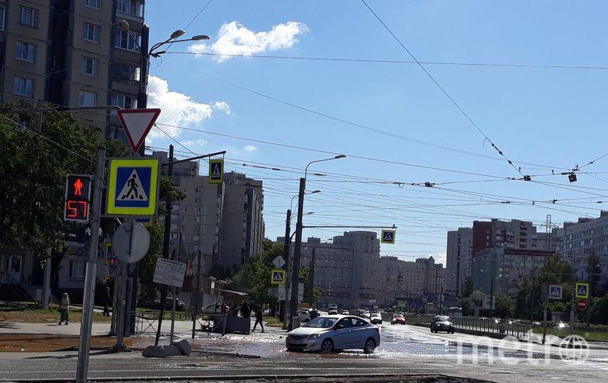 В Петербурге перекрёсток затапливает грязью: Фото. Фото Мегаполис