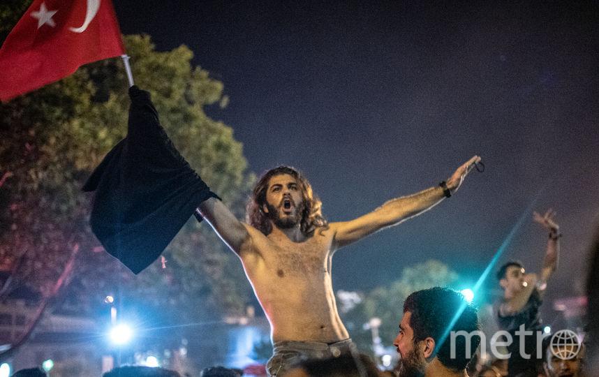 Жители Стамбула отметили победу 49-летнего Имамоглу на выборах мэра города. Фото AFP