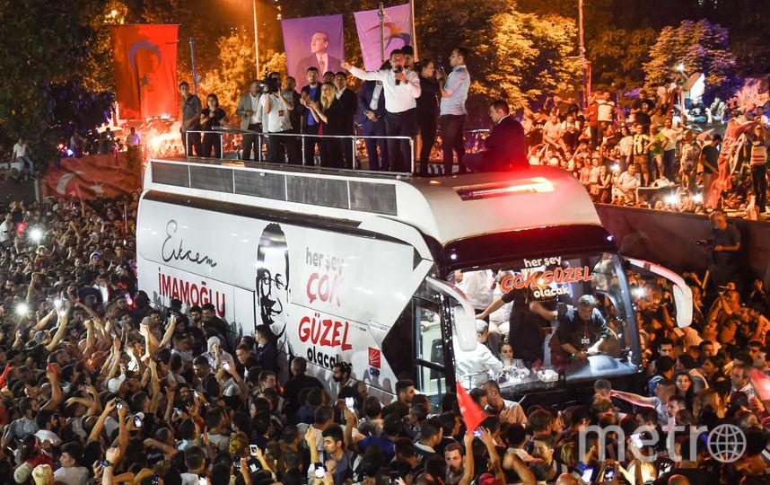 Жители Стамбула отметили победу 49-летнего Имамоглу на выборах мэра города. Фото Getty