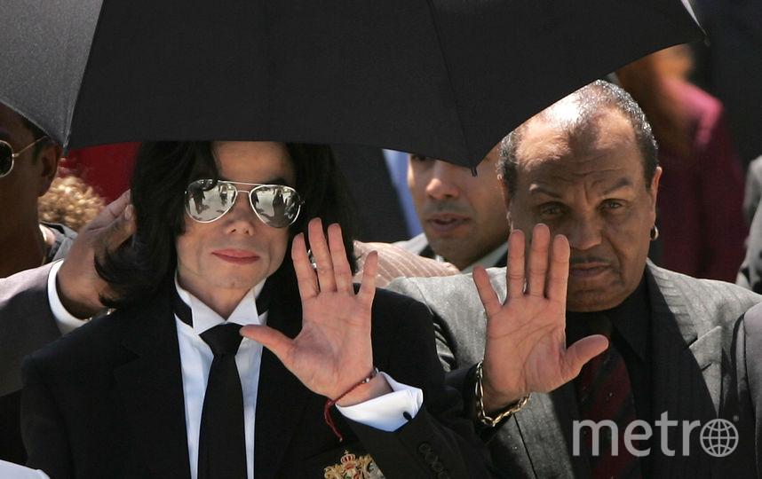 Майкл Джексон и его отец Джо Джексон машут поклонникам, когда выходят из суда после того, как присяжные объявили о невиновности по всем пунктам обвинения в судебном разбирательстве по делу о растлении малолетних. 2005 год. Фото Getty