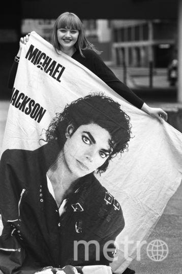 Поклонница Майкла Джексона с постером. Апрель 1988. Фото Getty