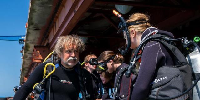Юные акванавты со своим руководителем – опытным водолазом Игорем Галайдой.