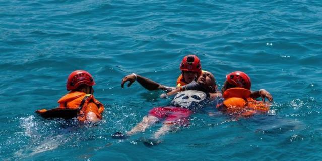 Спасатели доставляют к берегу выпавшего из лодки видеооператора Петра Капицу.