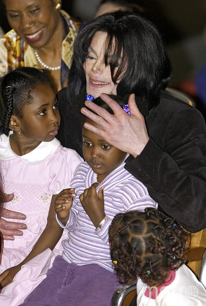 Майкл Джексон обнимает детей, которые выступили для него в посольстве Эфиопии в Вашингтоне. 2004 год. Фото Getty