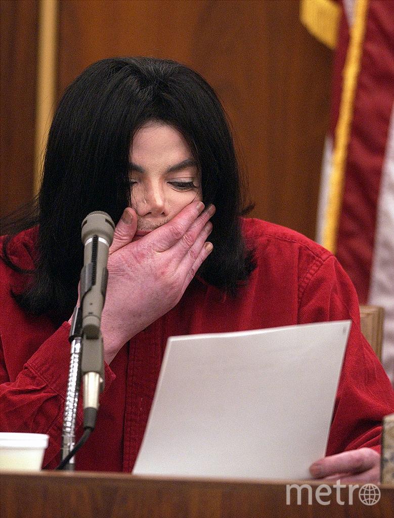 Реакция Майкла Джексона на гражданский иск. Его давний промоутер предъявил иск артисту на 21 миллион долларов за отказ от двух концертов. 14 ноября 2002 года. Фото Getty