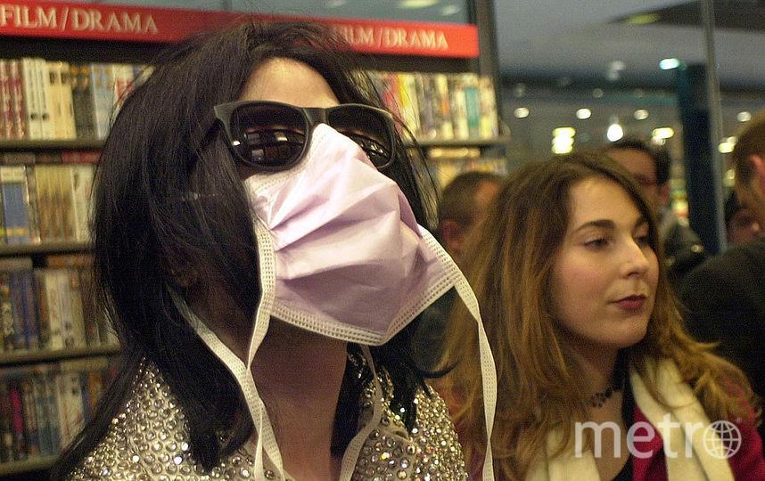 Певец Майкл Джексон совершает покупки в мегамаркете Dusmann Cultural 19 ноября 2002 года в Берлине. Фото Getty