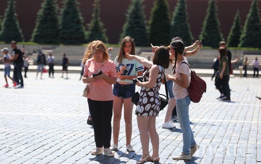 """Девушка в платье показывает на """"мавзолей Тадж-Махал"""". Фото Василий Кузьмичёнок"""