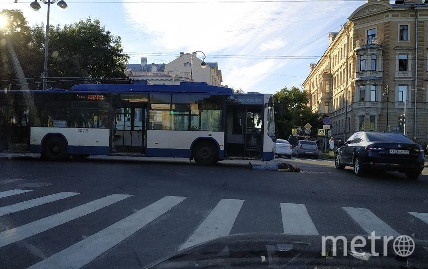 "Троллейбус насмерть сбил мужчину. Фото https://vk.com/spb_today, ""Metro"""