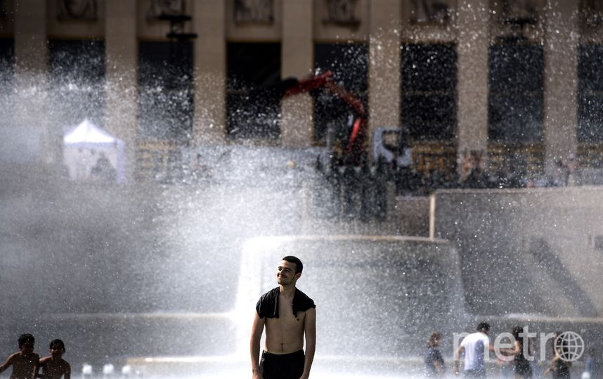 Жара загнала французов в воду. Фото AFP