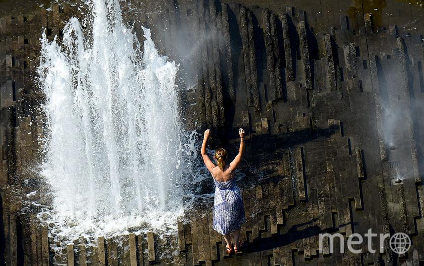 Жители Берлина охлаждаются в одном из фонтанов парка Люстгартен. Фото AFP