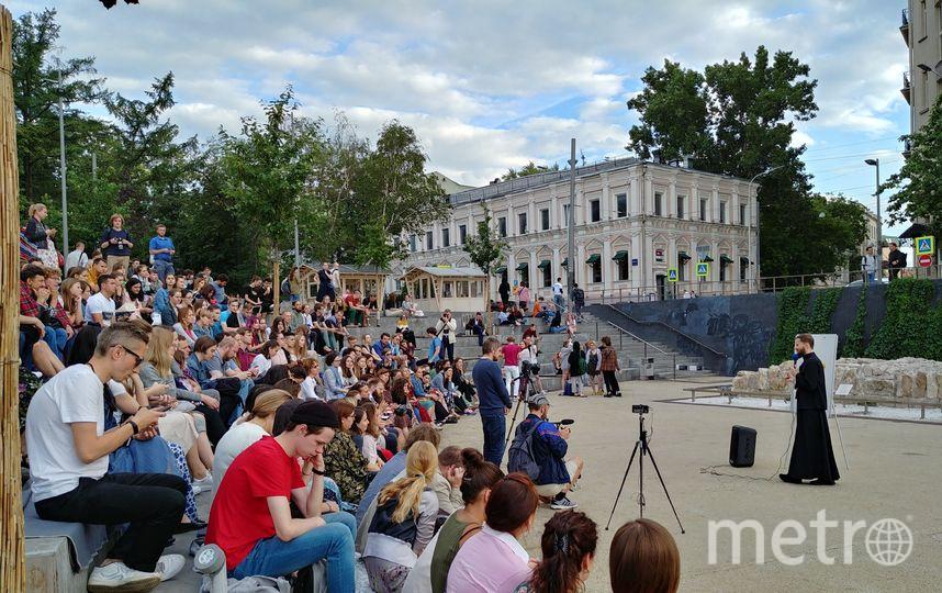 Чтобы было лучше слышно, отец Геннадий выступал перед аудиторией с микрофоном. Фото Юлия Долгова
