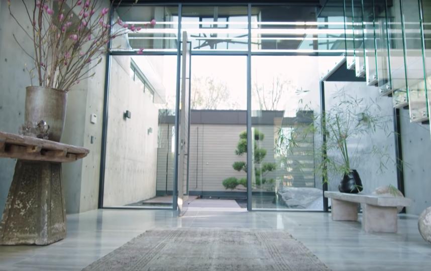 Экскурсия по дому Марии Шараповой. Фото Скриншот/Architectural Digest, Скриншот Youtube