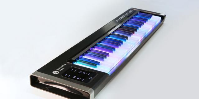 Синтезатор с подсветкой.