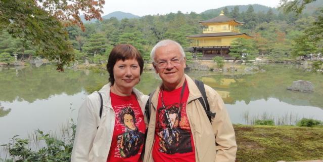 """Газета """"МЕТРО"""" и Пушкин неизменные составляющие нашей жизни. Мы были рады показать Александру Сергеевичу Японию, где мы побывали и сами однажды. Первые два снимка сделаны в Киото, храм Кинкакудзи, на фоне Золотого павильона. Это место очень популярно и у туристов и у самих японцев. Некоторые японцы Пушкина узнали, некоторые спрашивали: """"кто это?"""". Мы терпеливо рассказывали. После этого выстроилась небольшая очередь в семь пар, чтобы сделать фото с нами и с Пушкиным."""