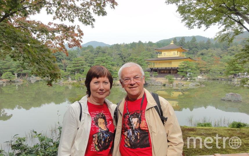 """Газета """"МЕТРО"""" и Пушкин неизменные составляющие нашей жизни. Мы были рады показать Александру Сергеевичу Японию, где мы побывали и сами однажды. Первые два снимка сделаны в Киото, храм Кинкакудзи, на фоне Золотого павильона. Это место очень популярно и у туристов и у самих японцев. Некоторые японцы Пушкина узнали, некоторые спрашивали: """"кто это?"""". Мы терпеливо рассказывали. После этого выстроилась небольшая очередь в семь пар, чтобы сделать фото с нами и с Пушкиным. Фото Людмила и Владимир Юрасовы"""
