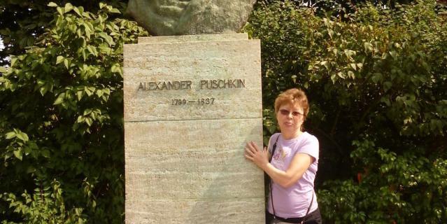 Меня зовут Наталья, а на фотографии около памятника Пушкину А.С. - моя мама Галина - большая почитательница поэта. Эту фотографию мы с ней сделали в Германии, а именно в Веймаре - городе, где чтят память двух классиков поэзии: Гете и Пушкина, поэтому не посетить его мы не могли.