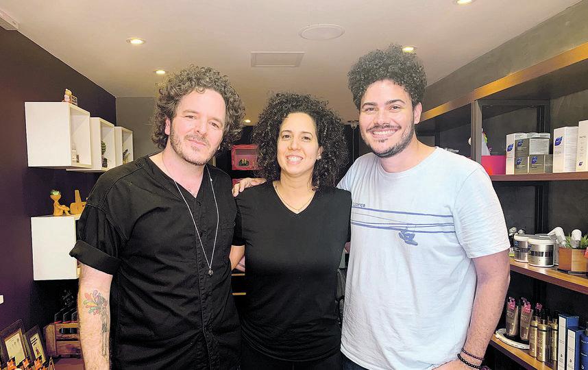 Эд Сантана (слева) рядом с двумя фанатами кудрявых волос. Фото Предоставил  Аликс Эррера