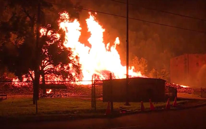 Огонь уничтожил около 7 миллионов литров напитка. Фото Скриншот https://www.youtube.com/watch?v=0Uer_PZO0Bw, Скриншот Youtube