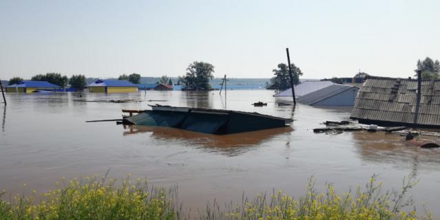 В Тулуне прорвало дамбу из-за подъема воды в реке Ие.
