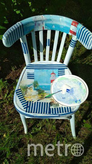 Аккуратно приложите салфетку к стулу и начните с помощью мягкой кисти наносить на рисунок клей ПВА. Фото Скриншот instagram @grebenkova_art_actris