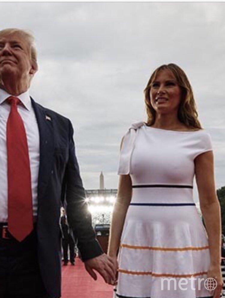 """Дональд и Мелания Трамп попали под дождь в День независимости. Фото https://twitter.com/FLOTUS/status/1146989707630403584, """"Metro"""""""