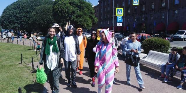 В один из выходных компания петербуржцев устроила долгий поход в пижамах.