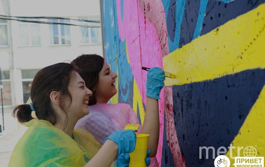 Неравнодушные горожане присоединялись к процессу покраски. Фото Предоставлено организаторами