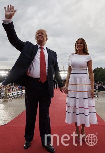 """Мелания Трамп случайно показала грудь по всем федеральным каналам в День независимости. Фото https://twitter.com/FLOTUS/status/1146989707630403584, """"Metro"""""""