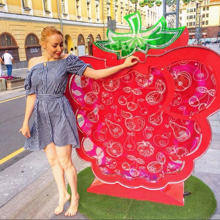 polinasmerch любит ходить босиком, её даже считают популяризатором движения барефутинга в России. Фото instagram.com/polinasmerch/