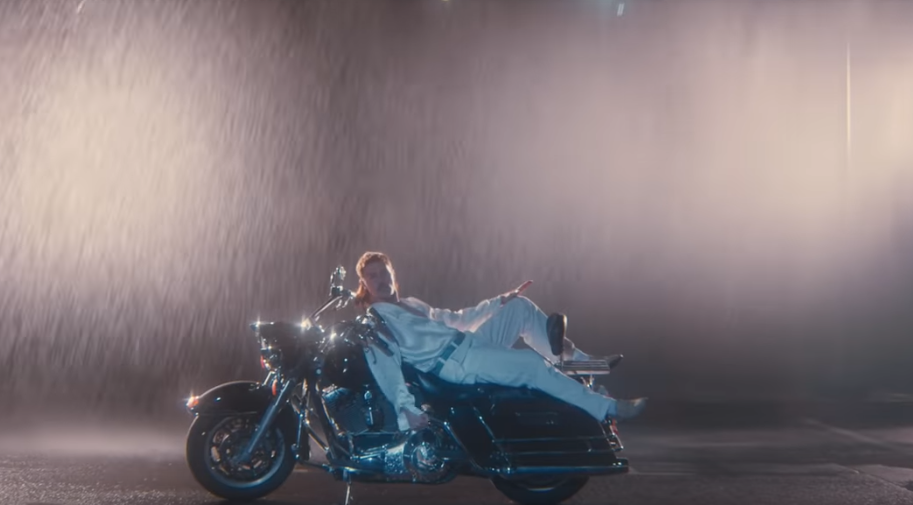 "Кадр из клипа Димы Билана ""Про белые розы"". Фото Скриншот , Скриншот Youtube"