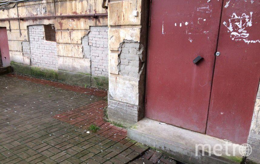 Петербуржцы жалуются на провалы плитки. Фото mytndvor, vk.com