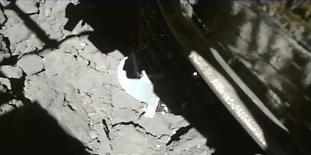 """Фотография, сделанная зондом """"Хаябуса-2"""" спустя несколько секунд после приземления на астероид."""