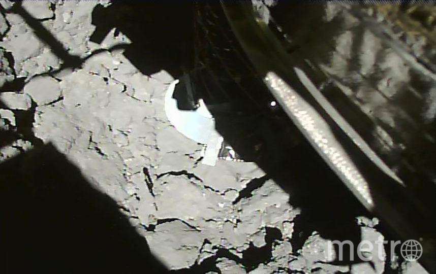 """Фотография, сделанная зондом """"Хаябуса-2"""" спустя несколько секунд после приземления на астероид. Фото AFP"""