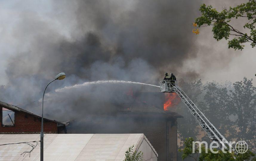 Спасатели тушат офисное здание недалеко от ТЭЦ, которое оказалось повреждено пожаром. Фото Василий Кузьмичёнок