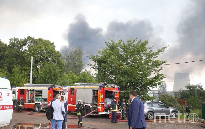 Спасатели возле ТЭЦ в Мытищах, где произошёл пожар. Фото Василий Кузьмичёнок