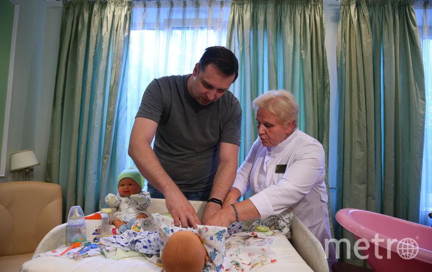 Акушер-гинеколог объясняет будущему папе, как правильно пеленать малыша. Фото Василий Кузьмичёнок