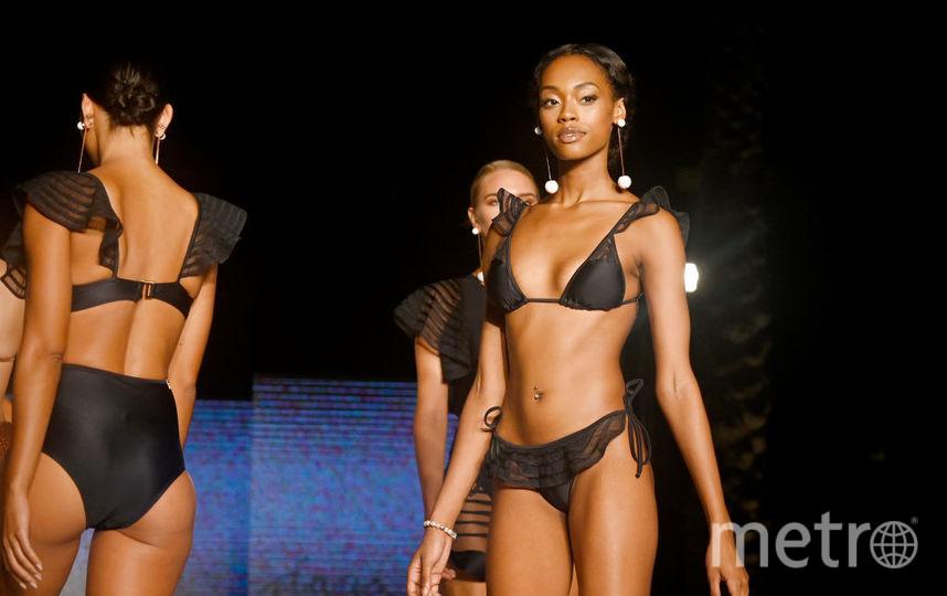 Miami Swim Week 2019 показывает, что черный цвет купальника - в моде. Выбирайте модель по душе. Фото Getty