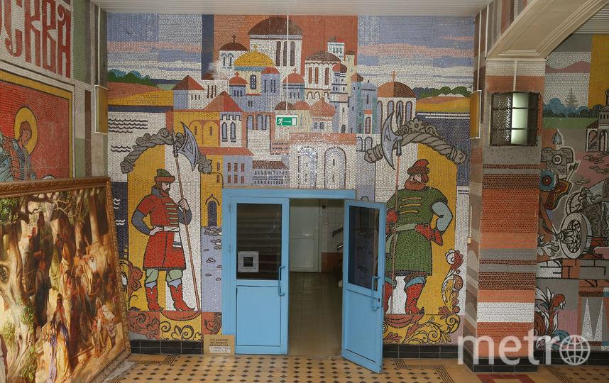 Мозаики в вестибюле завода «Кристалл» рассказывают об истории Москвы. Фото Василий Кузьмичёнок