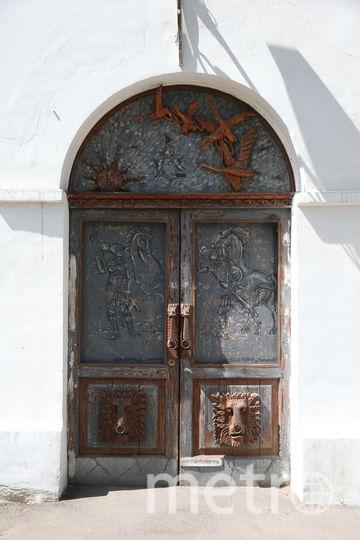Школа на Бауманской улице примечательна ещё и такой дверью. Фото Василий Кузьмичёнок