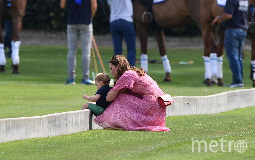 """Фото Кейт Миддлтон и малыша Луи, который норовил убежать к пони. Фото https://www.instagram.com/royalteawithjam/, """"Metro"""""""