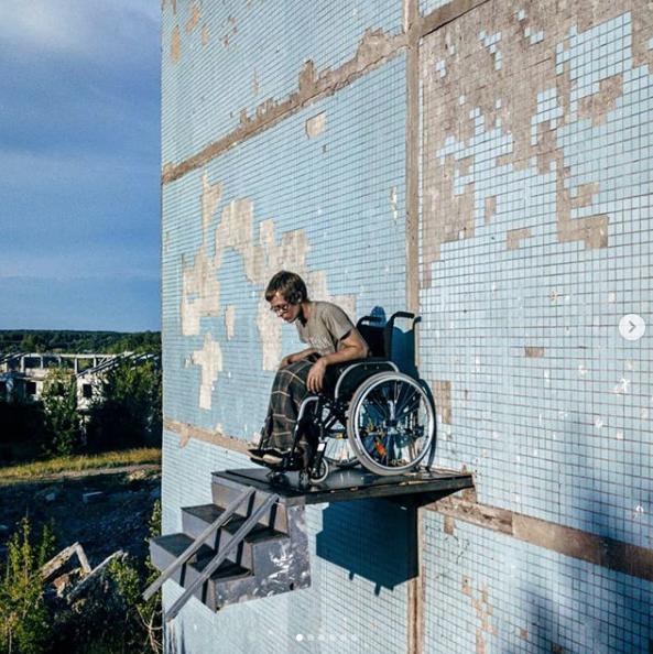 26-летний житель Самары Арсений устроил новый перформанс на высоте четвёртого этажа заброшенного панельного дома. Фото скриншот https://www.instagram.com/vreditel_li/