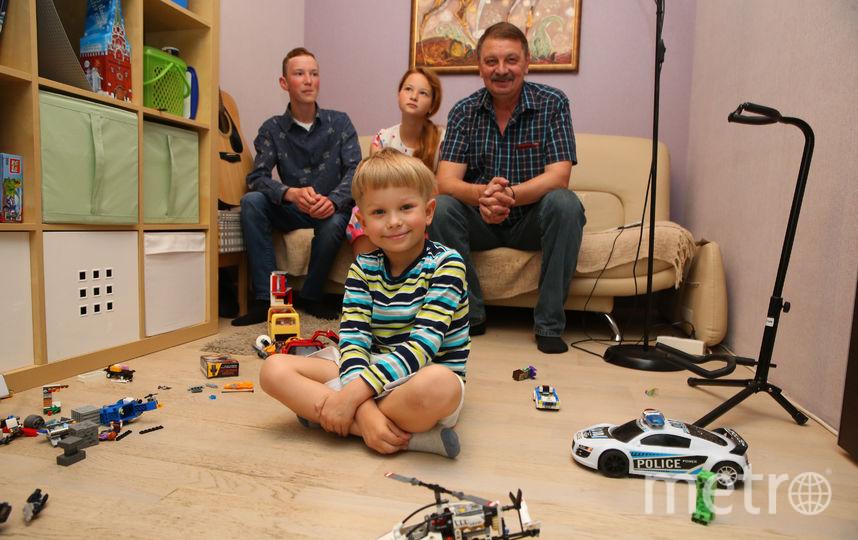 Андрей Михайлович профессионально, за зарплату, воспитывает трёх родных внуков. Фото Василий Кузьмичёнок