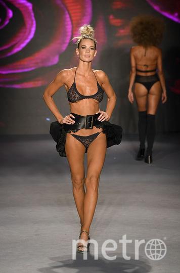 Показ Baes & Bikinis. Фото Getty