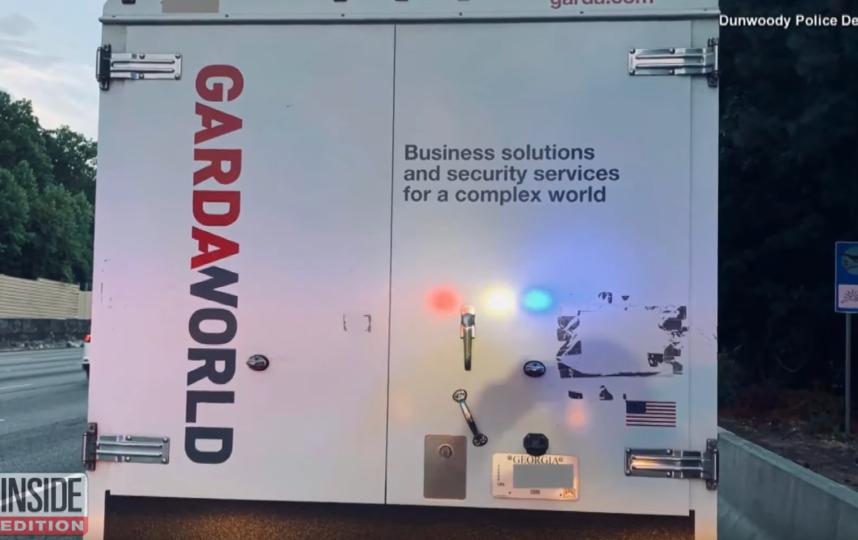 В США из грузовика инкассаторов выпали 175 тысяч долларов. Фото Скриншот https://www.youtube.com/watch?v=3OF0-TbN8eY, Скриншот Youtube